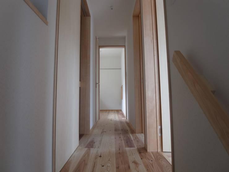 郡上の家: ジュウニミリ建築設計事務所が手掛けた廊下 & 玄関です。
