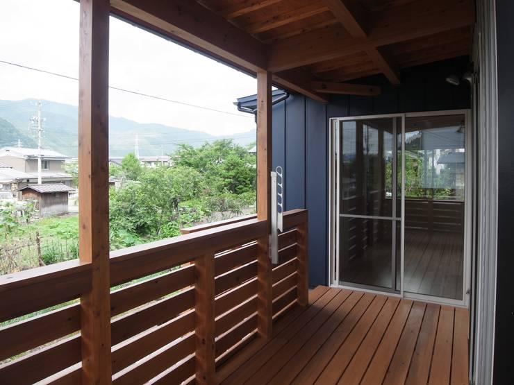 郡上の家: ジュウニミリ建築設計事務所が手掛けたベランダです。