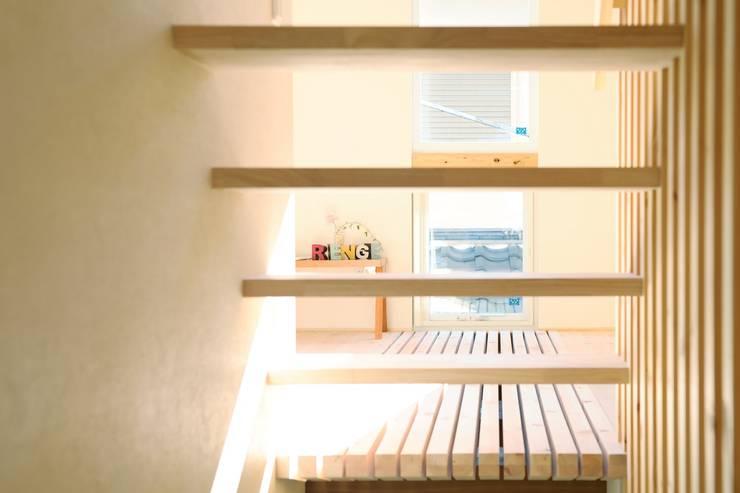 段でつながる家 北欧デザインの リビング の 建築設計事務所RENGE 北欧