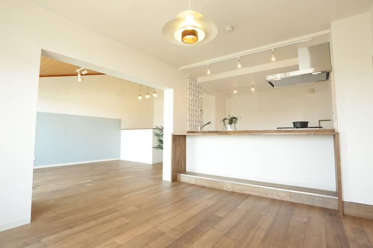 浜松市 T邸: アールデザインスタジオ株式会社が手掛けたリビングです。