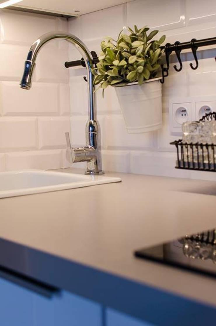 Kawalerka 25m2: styl , w kategorii Kuchnia zaprojektowany przez Architektownia