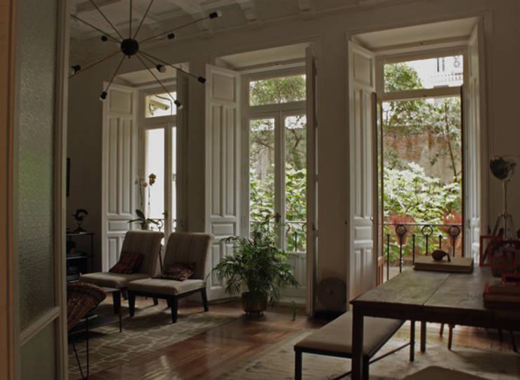 Salón: Salones de estilo ecléctico de CYL estudio