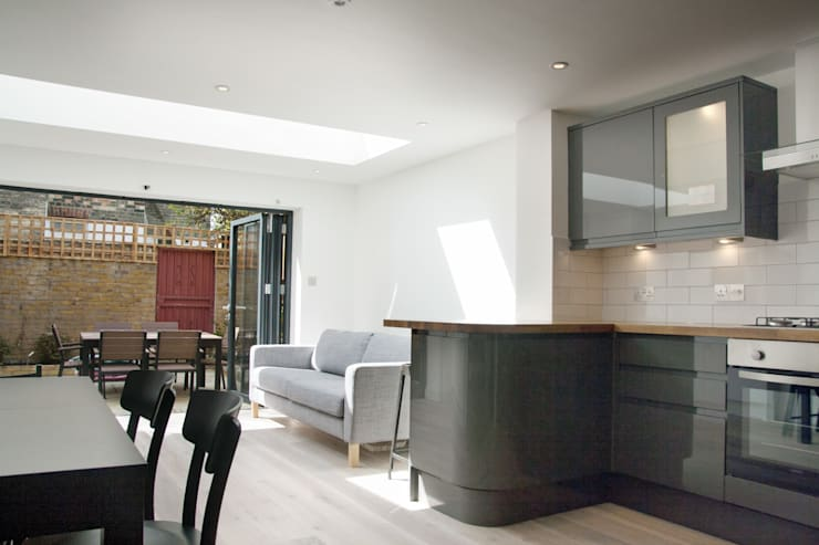 Open plan kitchen and living room:  Living room by GK Architects Ltd