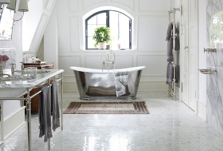 Bagno in stile in stile Scandinavo di Drummonds Bathrooms