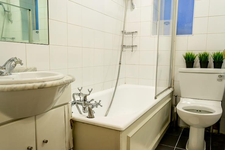 Before : Bathroom de In:Style Direct Moderno