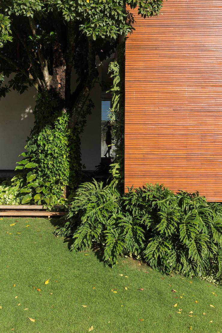 RESIDÊNCIA RMJ: Casas  por Felipe Bueno Arquitetura