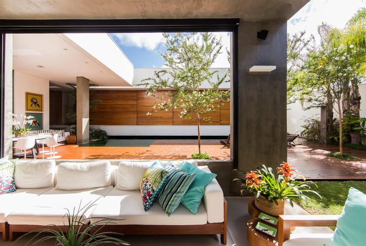 Terrazza in stile  di Felipe Bueno Arquitetura