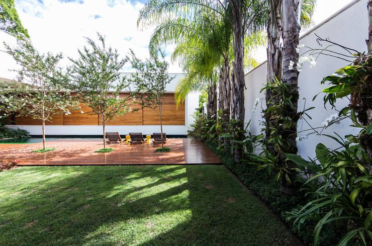 RESIDÊNCIA RMJ: Jardins  por Felipe Bueno Arquitetura