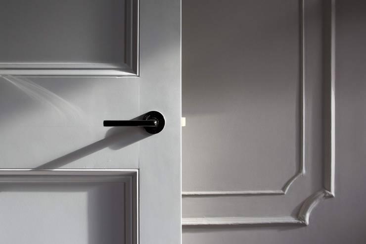 Puertas y ventanas de estilo clásico por GK Architects Ltd