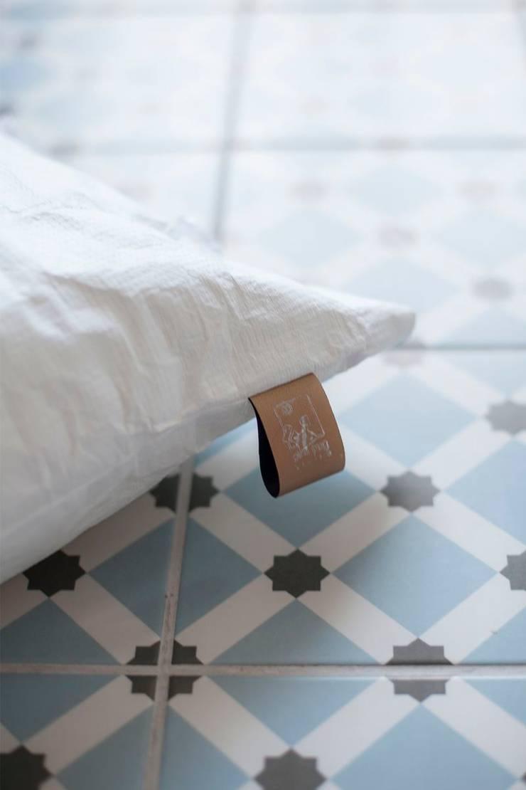 Poduszka z kolekcji WTW: styl , w kategorii Salon zaprojektowany przez Pink Pug Design