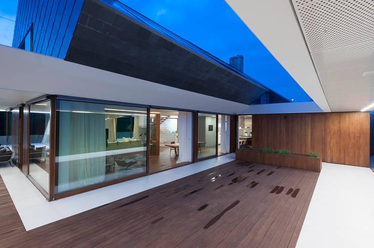 Terrazas de estilo  de MOBIUS ARCHITEKCI PRZEMEK OLCZYK, Moderno