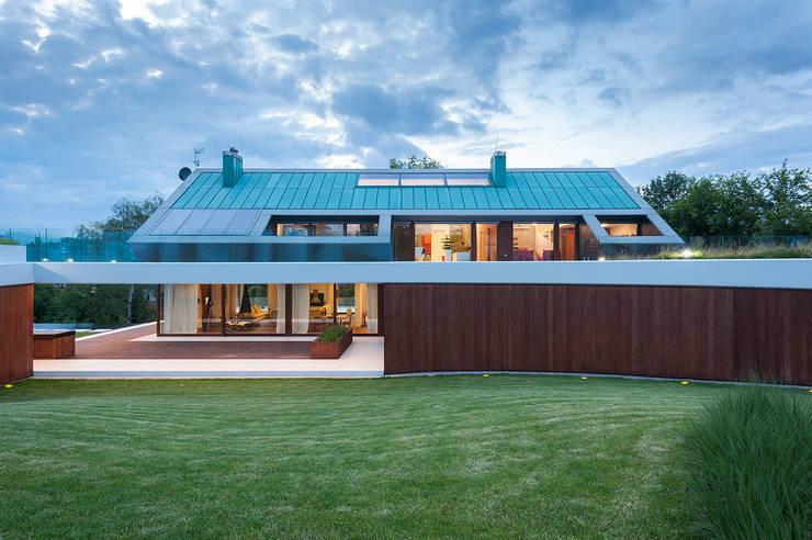 EDGE HOUSE: styl , w kategorii Domy zaprojektowany przez MOBIUS ARCHITEKCI PRZEMEK OLCZYK