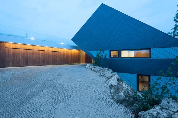 EDGE HOUSE: styl , w kategorii Garaż zaprojektowany przez MOBIUS ARCHITEKCI PRZEMEK OLCZYK