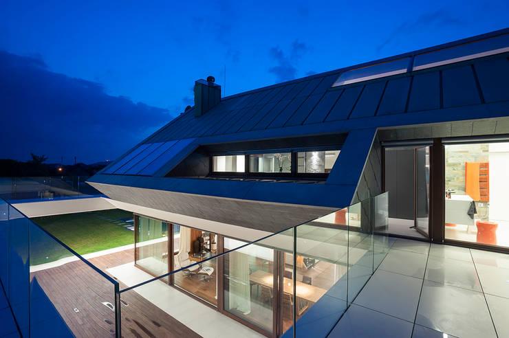 EDGE HOUSE: styl , w kategorii Taras zaprojektowany przez MOBIUS ARCHITEKCI PRZEMEK OLCZYK