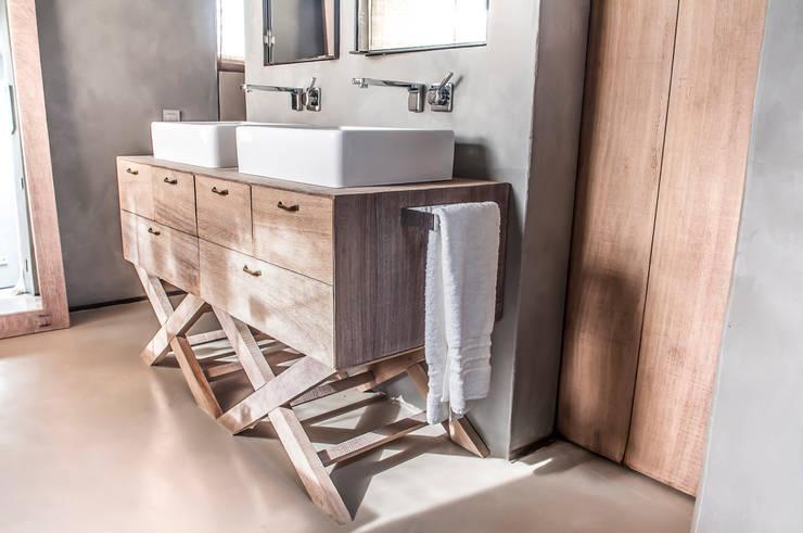 Casa con estilo en Sant Iscle: Baños de estilo rústico de fuusta