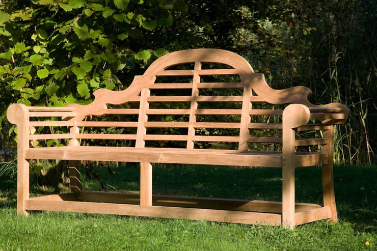 Banc de jardin en teck TUILLERIE: Jardin de style de style Classique par teckandco.com