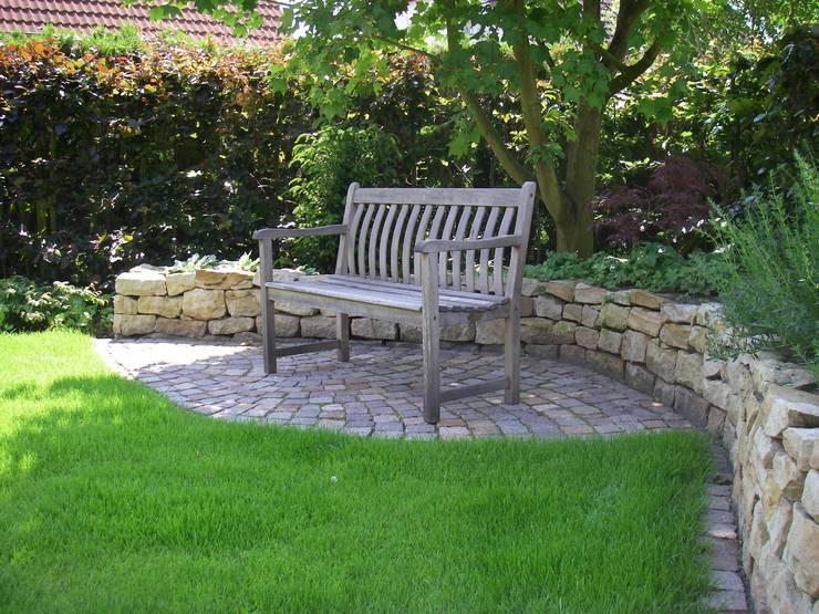 Schattensitzplatz vor Natursteinmauer: moderner Garten von Tina Brodkorb Landschaftsarchitektur