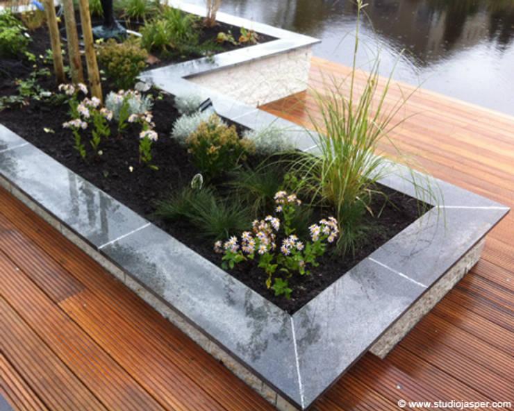 Plantenbak:  Tuin door Studio Jasper Interior | Furniture, Modern