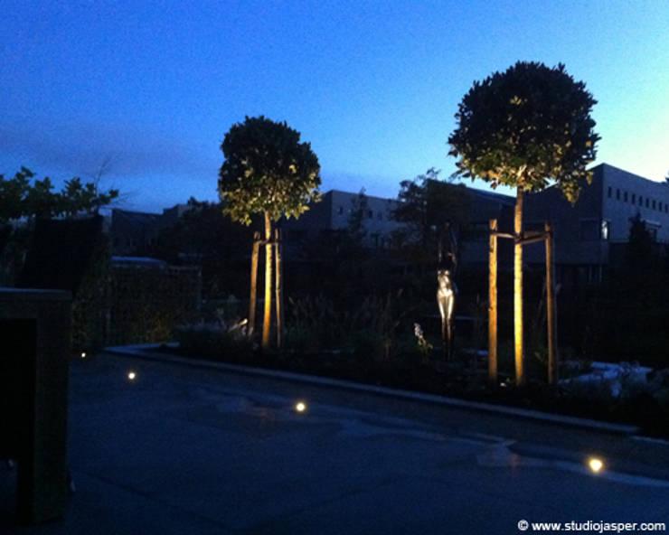 Tuin bij nacht:  Tuin door Studio Jasper Interior | Furniture, Modern