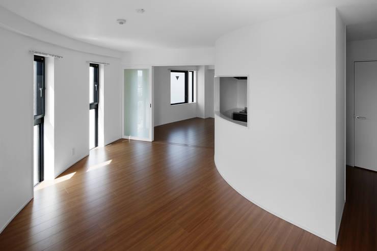 リビングと開放的に繋がる寝室 モダンな商業空間 の 久保田章敬建築研究所 モダン
