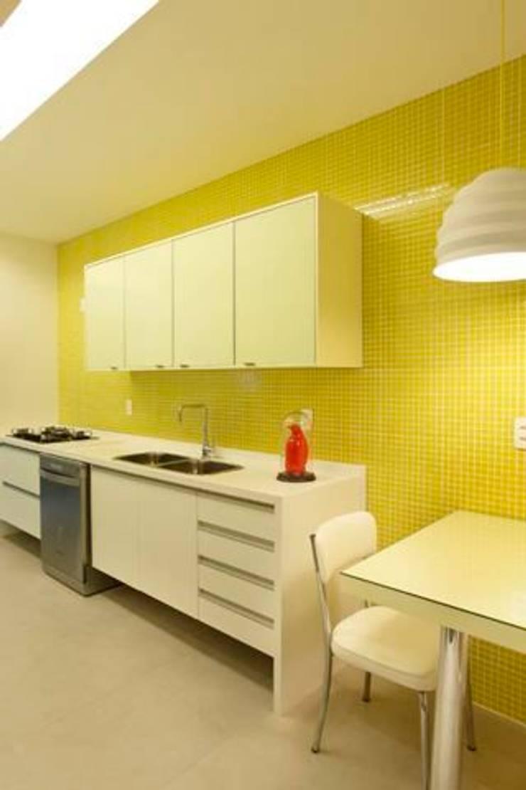 Apartamento no Arpoador: Cozinhas  por Ricardo Melo e Rodrigo Passos Arquitetura,