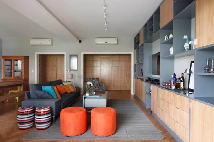 Apartamento no Arpoador: Salas de estar  por Ricardo Melo e Rodrigo Passos Arquitetura,