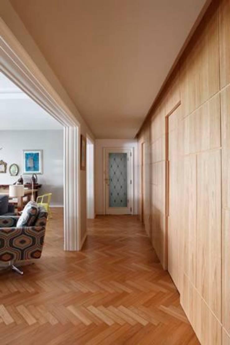 Apartamento no Arpoador: Corredores e halls de entrada  por Ricardo Melo e Rodrigo Passos Arquitetura,