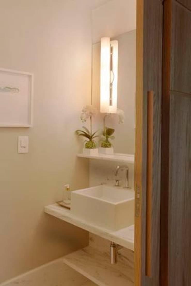 Apartamento no Arpoador: Banheiros  por Ricardo Melo e Rodrigo Passos Arquitetura,