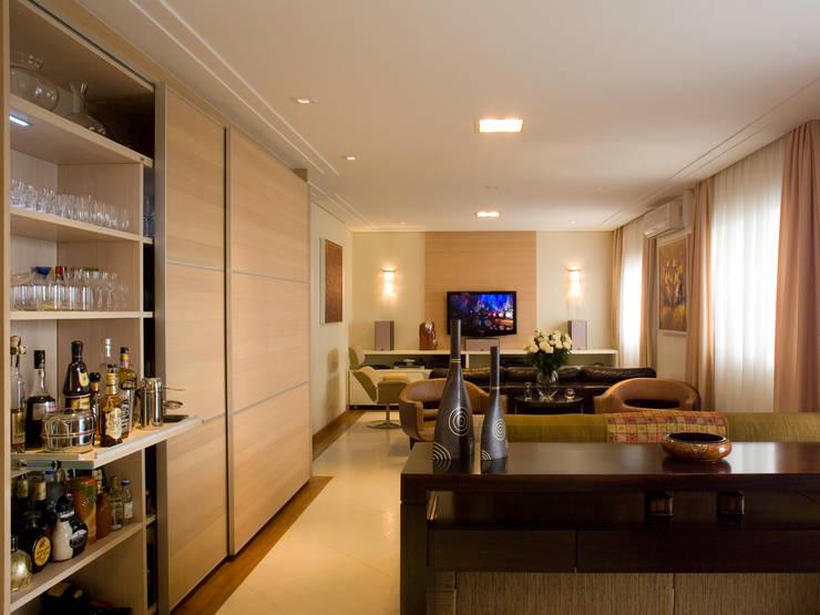 Sala de estar: Sala de estar  por Flávia Brandão - arquitetura, interiores e obras