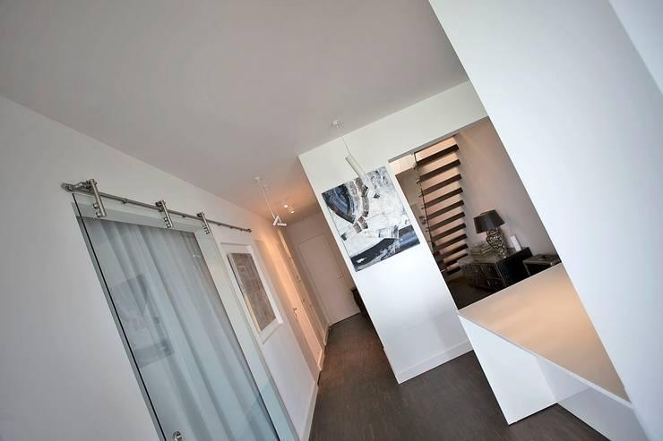 Sun Tower -projekt i realizacja www.weloftdesign.com: styl , w kategorii Korytarz, przedpokój zaprojektowany przez WE LOFT DESIGN,Nowoczesny