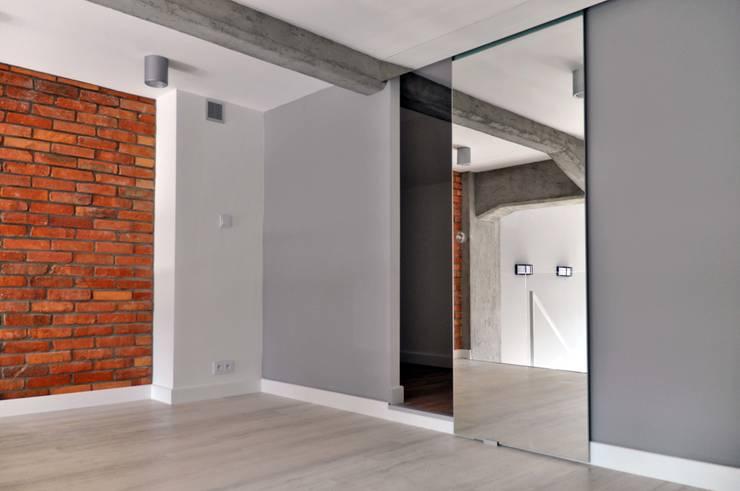 TOBACO LOFT ŁÓDŹ - PROJEKT I REALIZACJA WELOFTDESIGN.COM: styl , w kategorii Garderoba zaprojektowany przez WE LOFT DESIGN