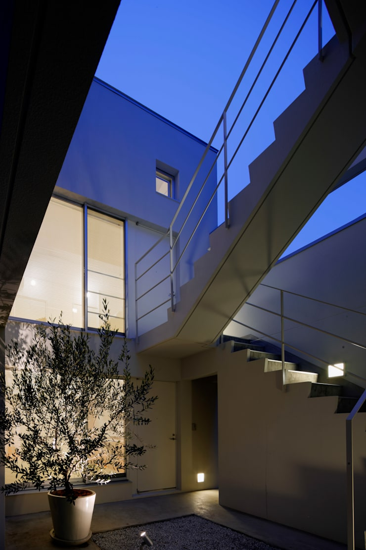 中庭夜景: 久保田章敬建築研究所が手掛けた商業空間です。,
