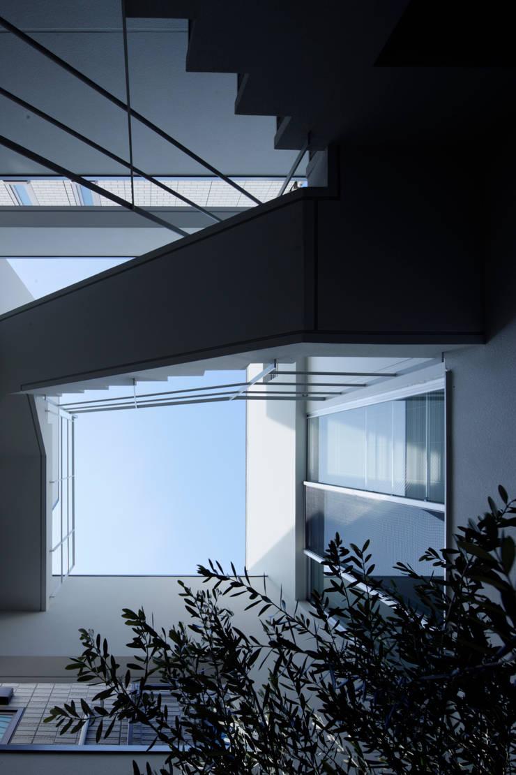 中庭から見た空の風景: 久保田章敬建築研究所が手掛けた商業空間です。,
