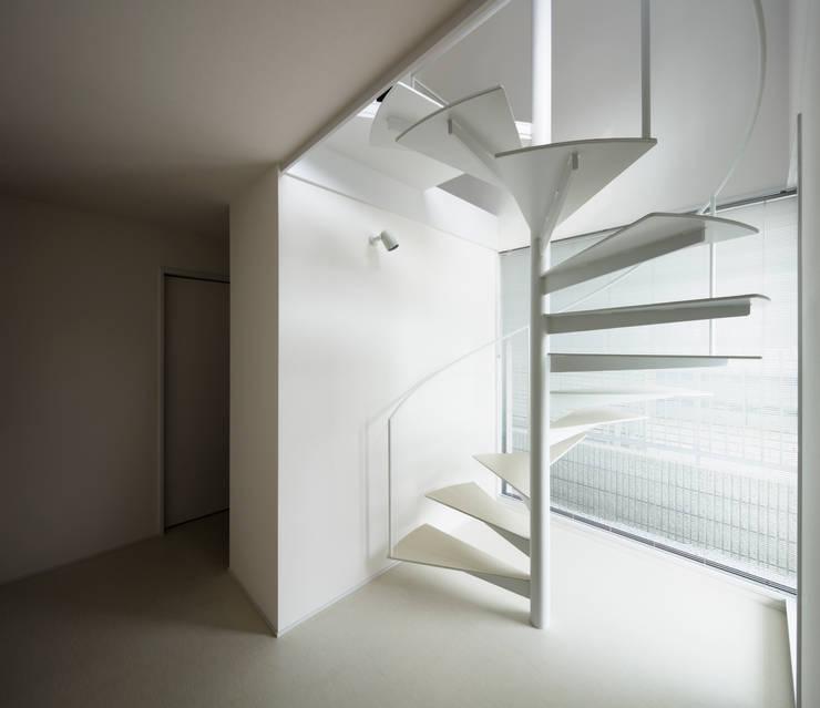 メゾネットタイプ 1階螺旋階段: 久保田章敬建築研究所が手掛けた商業空間です。,