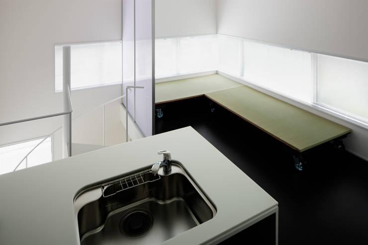 2階リビング・キッチン: 久保田章敬建築研究所が手掛けた商業空間です。,