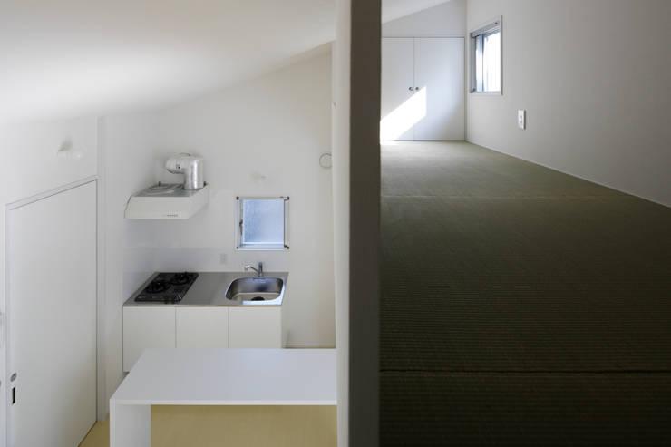 畳敷きのロフト空間: 久保田章敬建築研究所が手掛けた商業空間です。,
