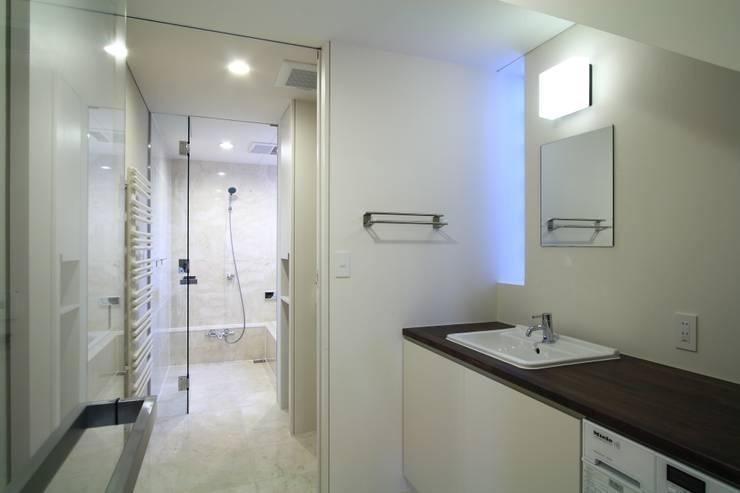 洗面室~浴室: FIELD NETWORK Inc.が手掛けた和室です。