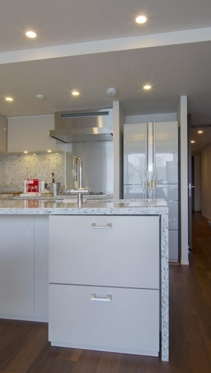 デザインされた収納が美しい家: Style is Still Living ,inc.が手掛けたキッチンです。