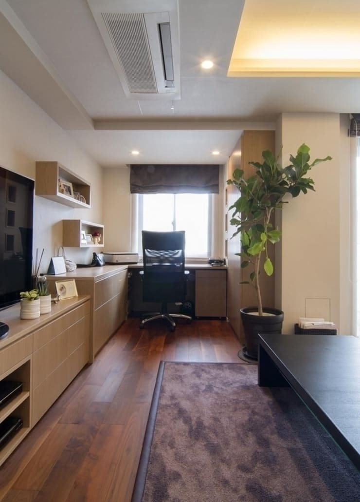 デザインされた収納が美しい家: Style is Still Living ,inc.が手掛けた書斎です。