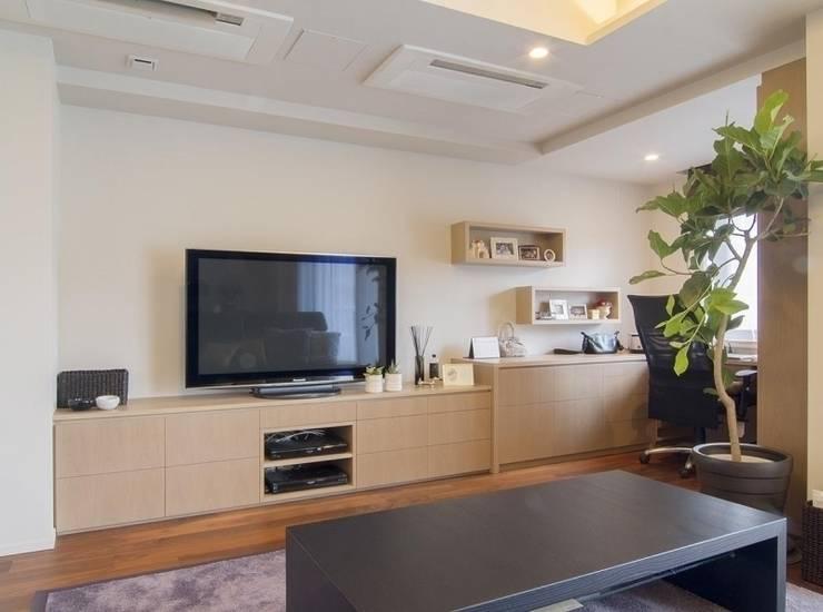 デザインされた収納が美しい家: Style is Still Living ,inc.が手掛けた窓です。