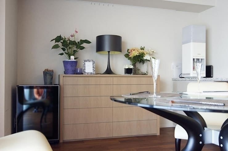 デザインされた収納が美しい家: Style is Still Living ,inc.が手掛けたリビングルームです。