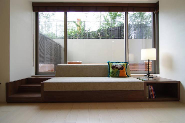 ガーデンテラスのあるオフィス: Style is Still Living ,inc.が手掛けた書斎です。,