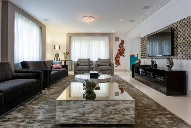 Sala de estar com base neutra: Salas de estar ecléticas por Helen Granzote Arquitetura e Interiores