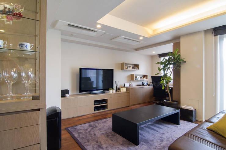 デザインされた収納が美しい家: Style is Still Living ,inc.が手掛けたリビングです。
