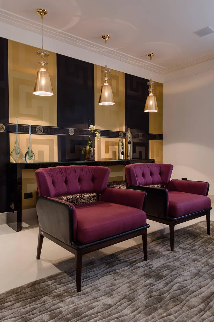 Detalhe sala de estar: Salas de estar ecléticas por Helen Granzote Arquitetura e Interiores
