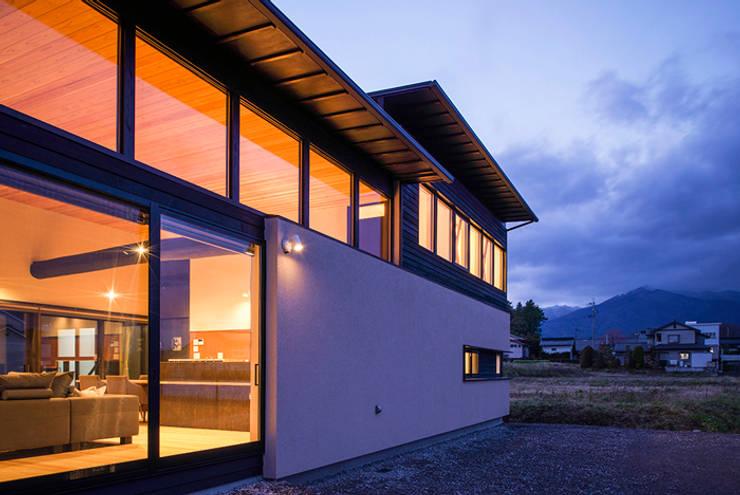 夕景: Egawa Architectural Studioが手掛けた家です。