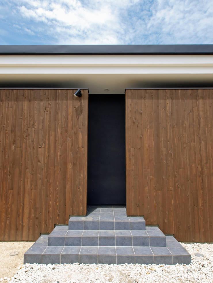 玄関へのアプローチ: Egawa Architectural Studioが手掛けた家です。