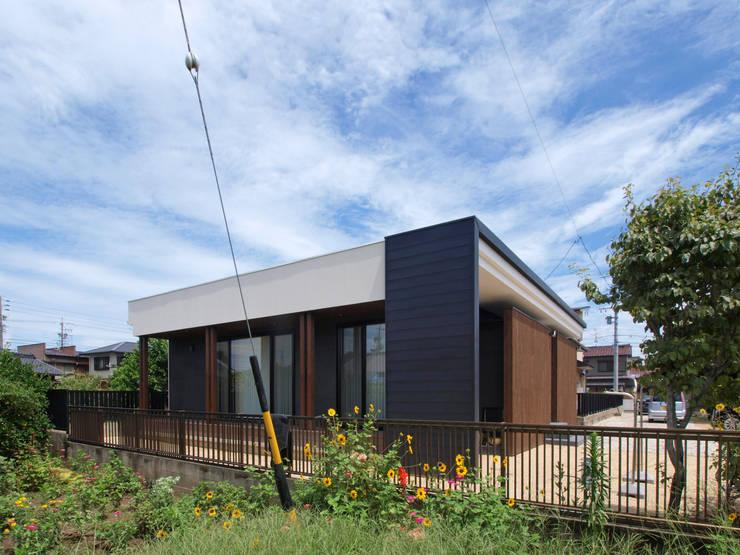 南側外観とお庭: Egawa Architectural Studioが手掛けた家です。