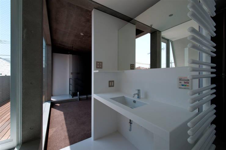 Ванные комнаты в . Автор – FIELD NETWORK Inc., Модерн