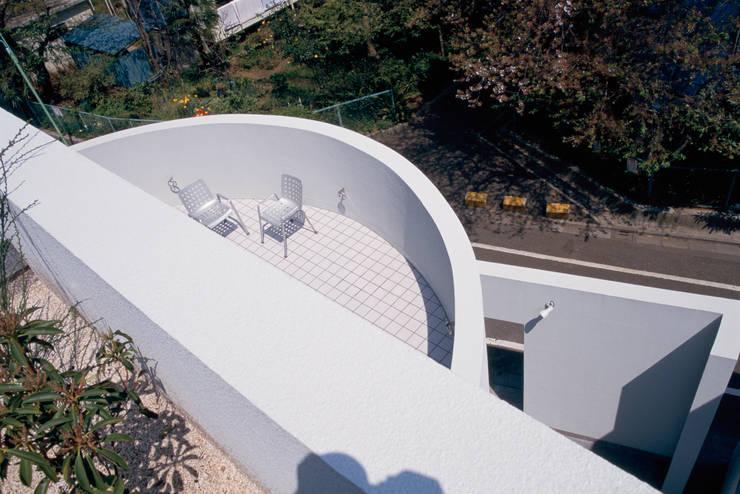 室内と繋がる屋外テラス: 久保田章敬建築研究所が手掛けた医療機関です。